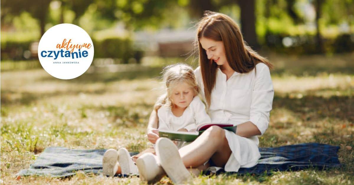 mama dziecko córka czytanie książka czytanie zdzieckiem park