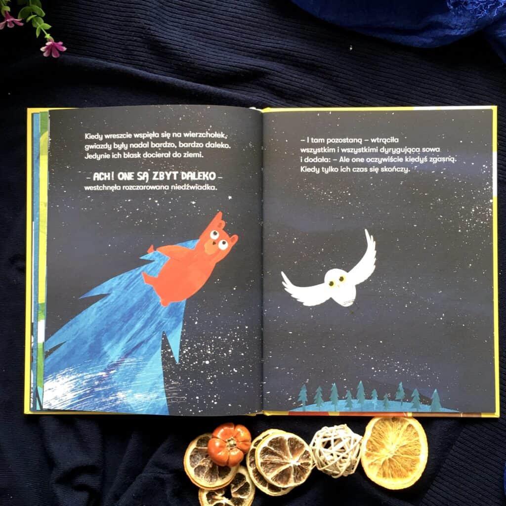 Mru Mru igwiazda Wczęści ogwiazdach Mru Mru patrzy wniebo, leżąc natrawie zprzyjaciółmi. Tym razem torozważania dziecka oprzemijaniu. Zaczyna się odchęci dotknięcia ludowych gwiazd. Potem rodzą się pytania. Czygwiazdy przemijają? Czymogą spać ijuż ich niema? Wtych książkach niema też jednoznacznych odpowiedzi, raczej poetycka wędrówka przezmożliwe odpowiedzi. Owszem, gwiazdy też mają swój czas iwkońcu gasną. Tobardzo przeraża Mru Mru, bo przecież skoro gwiazdy, toinne stworzenia pewnie też. Autorki podjęły naprawdę trudny, jednak potrzebny temat. Wiele dzieci zastanawia się nadtym, co będzie, jeśli? Czykiedyś umrę? Czyrodzice będą zemną zawsze? Wopowieści ogwiazdach kryje się wiele mądrości, choć też prawda otym, żenigdy niewiemy, ile taknaprawdę mamy dla siebie czasu. Trzeba wierzyć, żewystarczająco. Najbardziej jednak wzruszająca jest ostatnia strona, niezostawiamy dzieci ztaką konkluzją, żegwiazdy znikają ikoniec. Że my znikniemyi nic niezostanie. Stare drzewo wkońcu obumiera, jednak zprzecież jego szczątki stają się częścią lasu. Zrozwianych nasion drzewa, któregobyć może już niema, kierują nowe, kolejne, tworząc jeszcze piękniejszy las. Myślę, żete seria jest świetnym pomysłem dla małych filozofów, dzieci, które zadają te duże pytania.